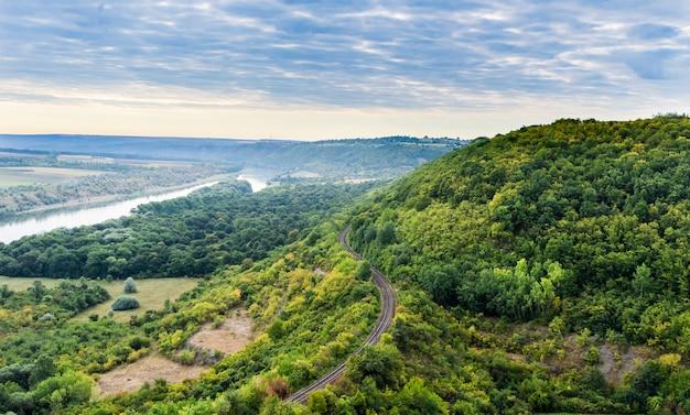 A ferrovia atravessa as rochas perto do rio dniester. Foto Premium