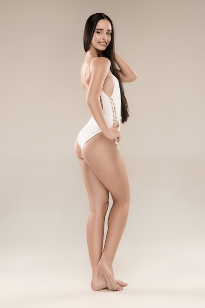A figura da garota de biquíni em fundo de estúdio Foto gratuita