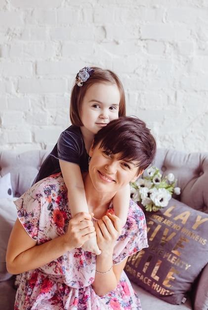 A filha abraçando sua mãe no quarto Foto gratuita
