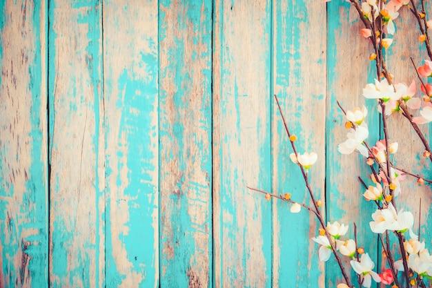 A flor de cerejeira floresce no fundo de madeira do vintage, projeto da beira. tom da cor do vintage - flor do conceito da mola ou do fundo do verão Foto Premium