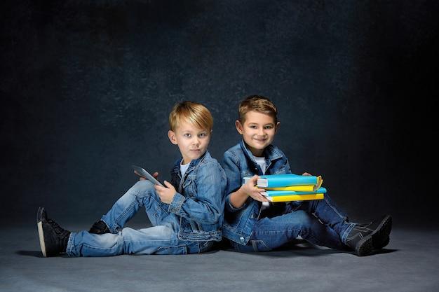 A foto do estúdio de crianças com livros e tablet Foto gratuita