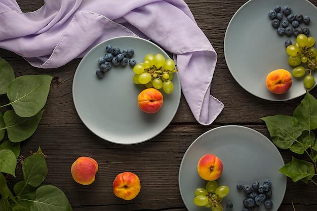 A fruta é a base de uma alimentação saudável, uma fonte de vitaminas e nutrientes Foto Premium