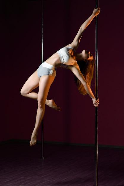A garota dança perto do poste Foto Premium