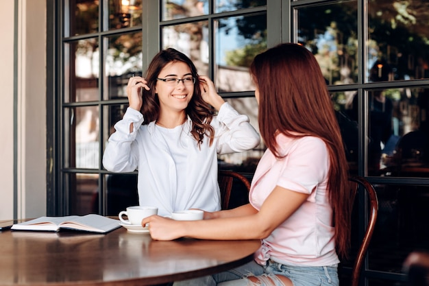 A garota de óculos, sorri sinceramente para o interlocutor Foto Premium