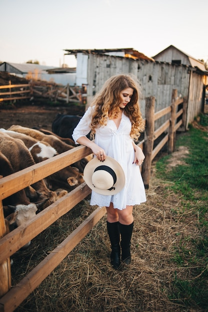 A garota do vestido branco na fazenda. Foto Premium