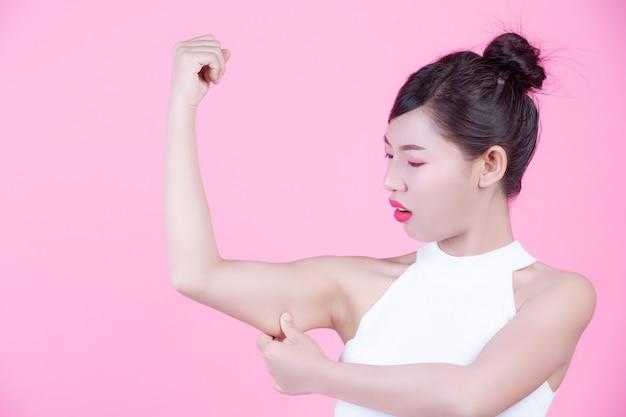 A garota levantou o braço. Foto gratuita