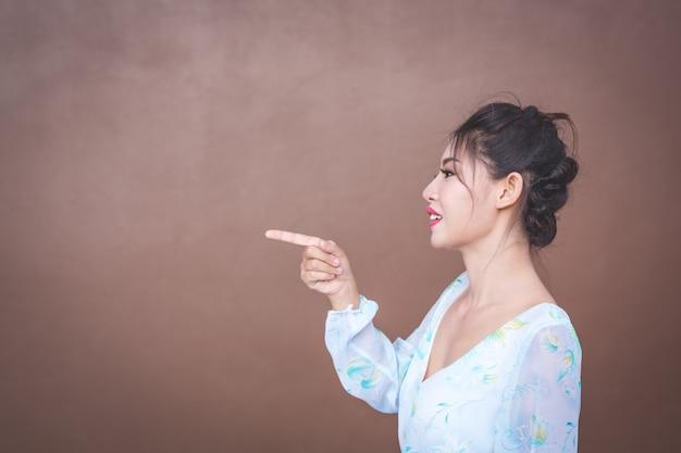 A garota mostra gestos de mão e emoções faciais. Foto gratuita