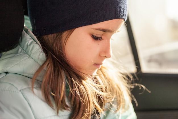 A garota no carro esperando por uma viagem ou pais usando o telefone ou gadgets Foto Premium