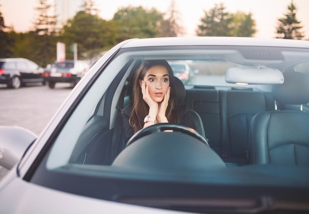 A garota no carro está em um engarrafamento. Foto Premium
