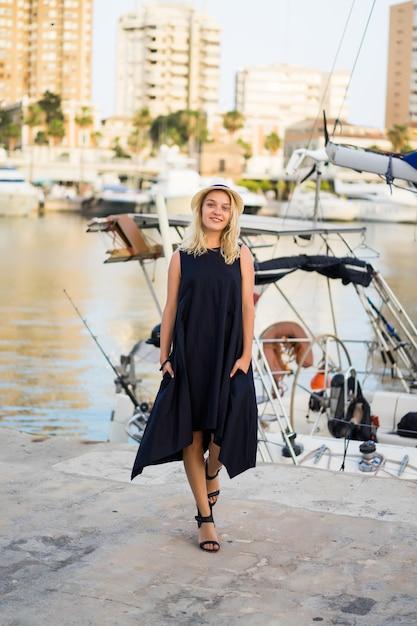 A garota no porto Foto gratuita