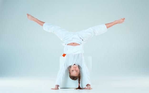 A garota posando no treinamento de aikido na escola de artes marciais. estilo de vida saudável e conceito de esportes Foto gratuita