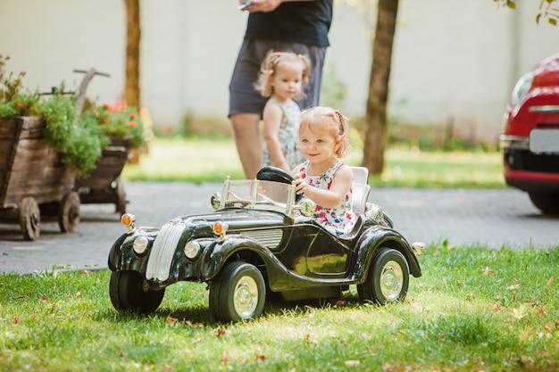 A garotinha brincando no carro Foto gratuita
