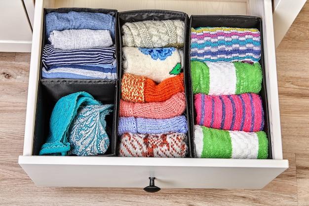 A gaveta é dividida em células de diferentes tamanhos, para armazenamento separado de linho e tecidos. Foto Premium