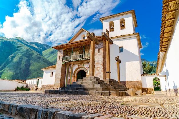 A igreja barroca dedicada a são pedro apóstolo localizado no distrito de andahuaylillas, cusco, peru Foto Premium