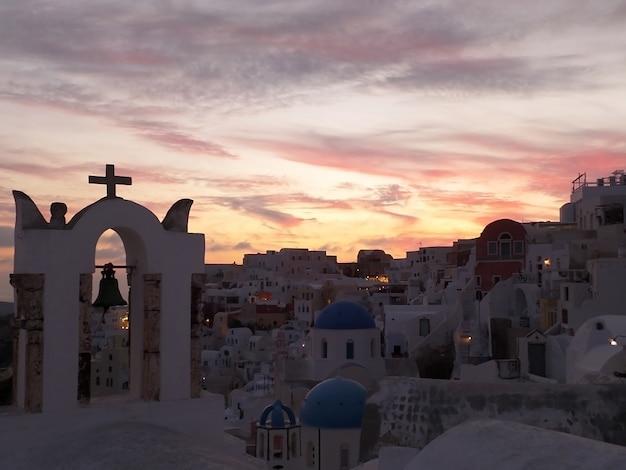 A, igreja, campanário, contra, cor pastel, noite, céu, em, oia, vila, santorini, ilha, grécia Foto Premium