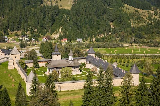 A igreja do mosteiro sucevita na bucovina romênia Foto gratuita