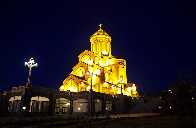 A igreja em tbilisi, geórgia à noite Foto Premium