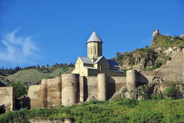 A igreja na cidade de tbilisi, geórgia Foto Premium