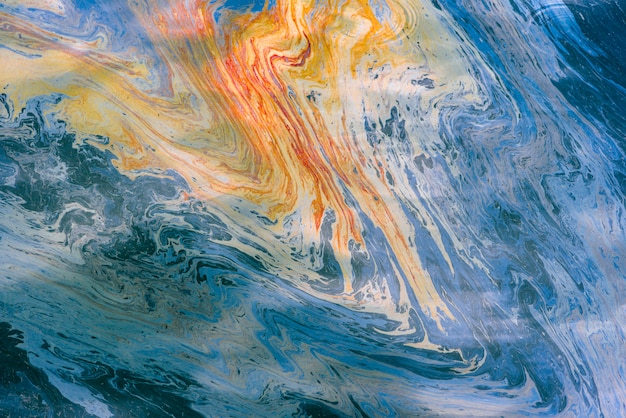 A imagem abstrata do petróleo e da gasolina multi-colored mancha na água. fundo psicodélico Foto Premium