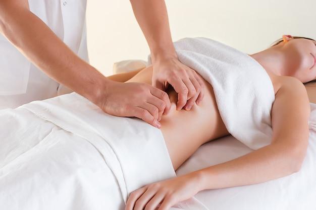 A imagem da mulher bonita no salão de massagem Foto gratuita