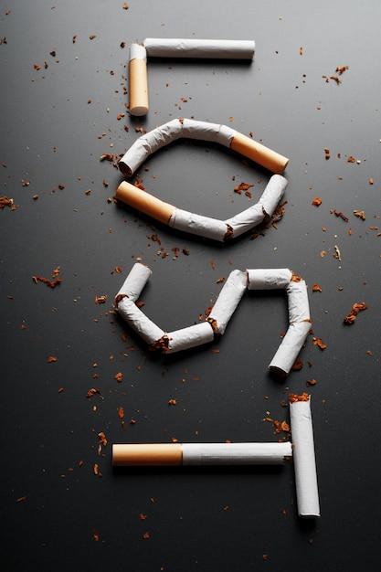 A inscrição perdeu dos cigarros. pare de fumar. o conceito de fumar mata. inscrição de motivação para parar de fumar, hábito pouco saudável. Foto Premium