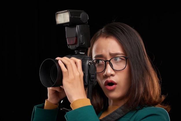A jovem fotógrafa está impressionada com o conteúdo que ela vai filmar Foto gratuita
