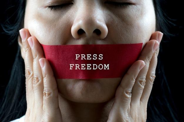 A jovem mulher foi envolva sua montagem pela fita adesiva, pare de abusar da violência, conceito do dia dos direitos humanos. Foto Premium