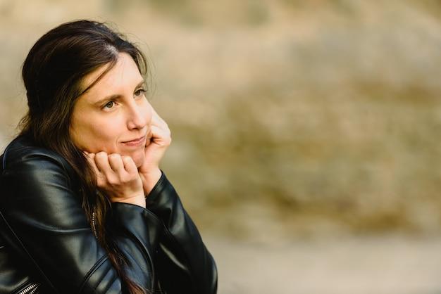 A jovem mulher séria e duvidosa com cara incerto, sentindo incerto considerando a tomada de decisão, copia o espaço livre para o texto. Foto Premium