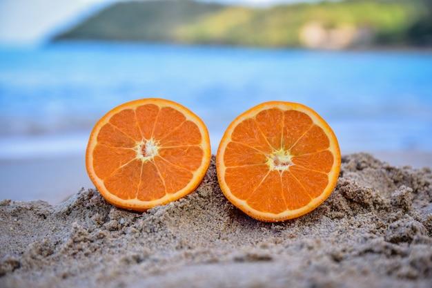 A laranja está no fundo da opinião do mar da praia, conceito das férias de verão Foto Premium