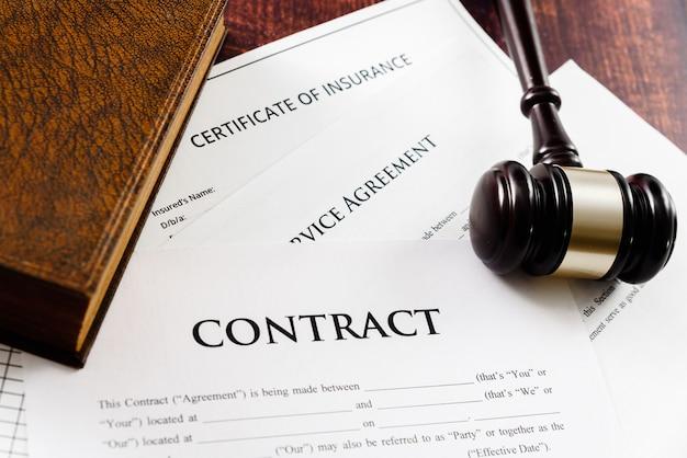 A legalidade de um contrato é ditada por um juiz em caso de demanda. Foto Premium