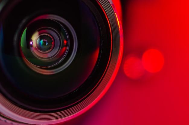 A lente da câmera e luz de fundo vermelha Foto Premium