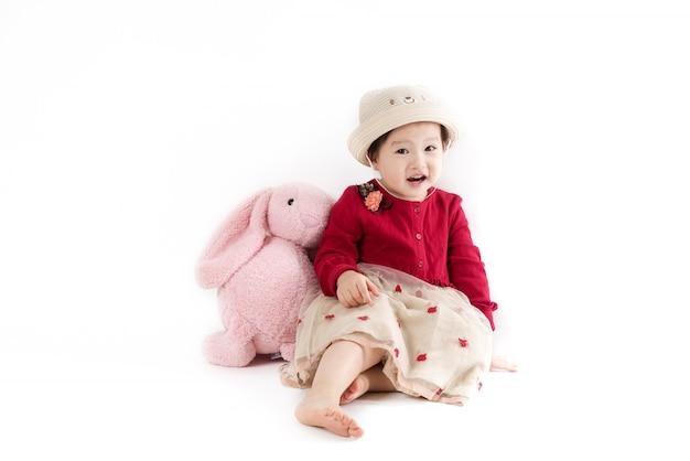 A linda garota de chapéu e vestido vermelho no branco Foto Premium
