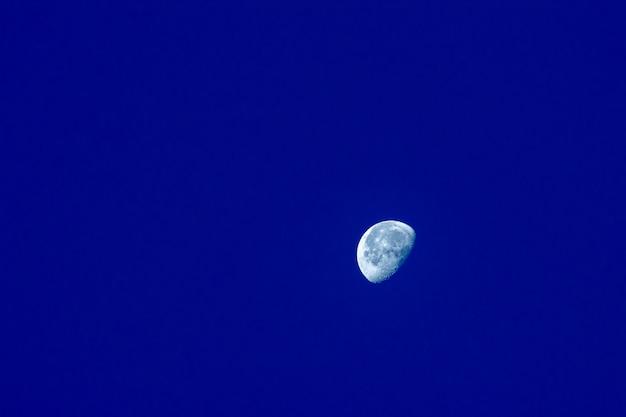 A lua é visível de manhã em azul Foto Premium