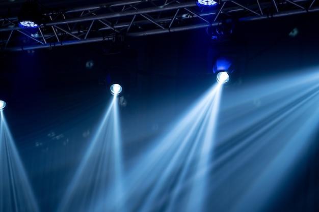 A luz do feixe no salão interno do partido, luz branca é bonita. Foto Premium