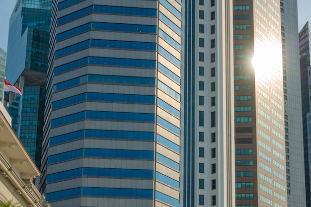 A luz solar do sol reflete no espelho do arranha-céus. Foto Premium