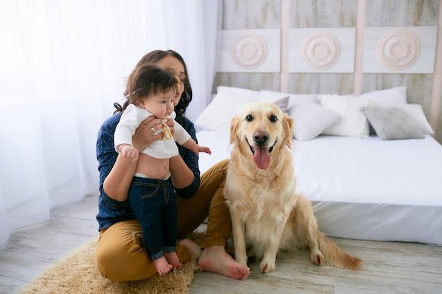 A, mãe, abraçar, dela, filha, e, sentando, perto, cão Foto gratuita