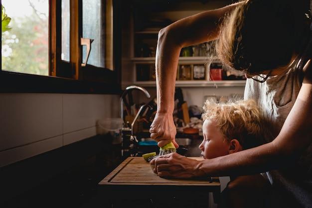 A mãe ajudou o filho a espremer frutas. Foto Premium