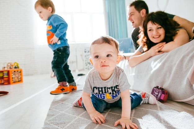 A mãe e o pai admiram em seus filhos Foto gratuita