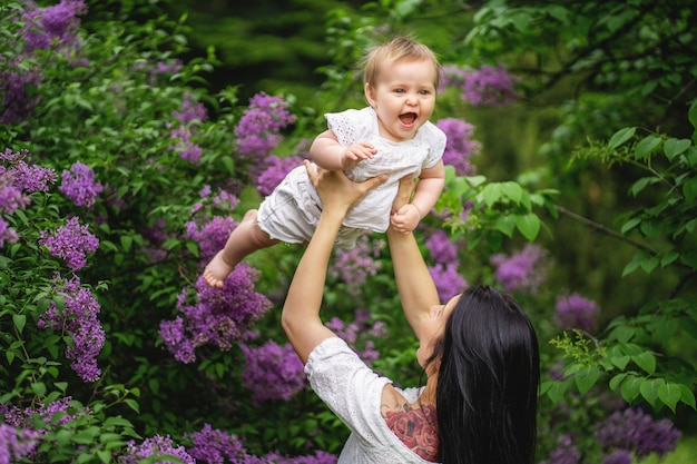 A mãe vomita filha e ri. Foto Premium