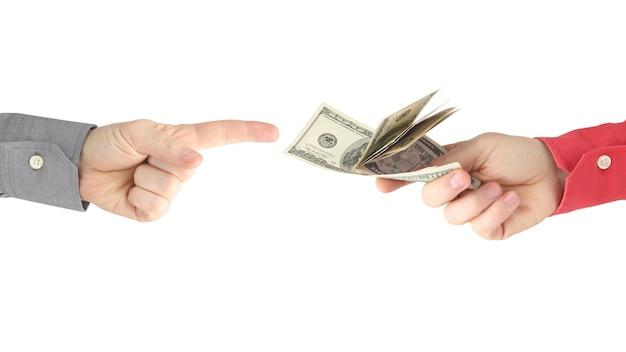 A mão alcança a mão com o dinheiro. pagamento pelo trabalho. negócios e pagamento. relações comerciais. riqueza e pobreza Foto Premium