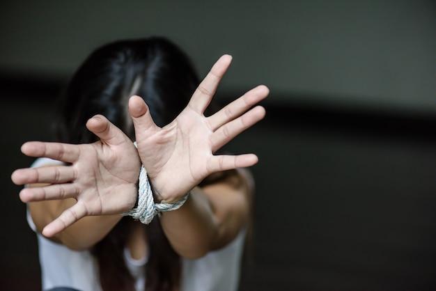 A mão da mulher foi amarrada com uma corda. parar a violencia Foto Premium