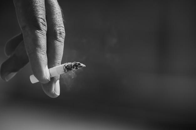 A mão dos homens está pegando cigarros. Foto Premium
