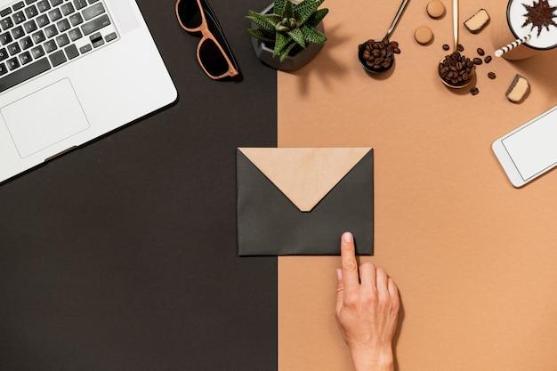 A mão humana do design do café do espaço de trabalho aponta para Foto Premium