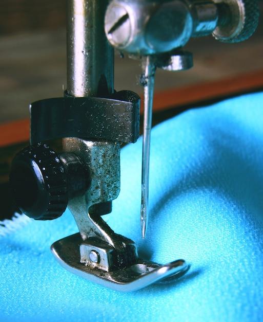 A máquina de costura e o tecido. Foto Premium