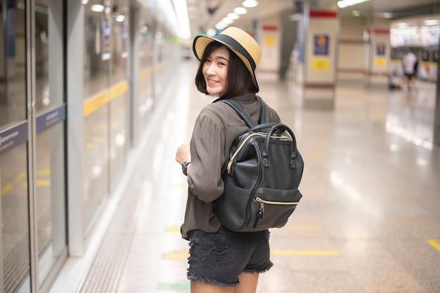 A menina asiática nova do curso está apreciando a viagem Foto Premium