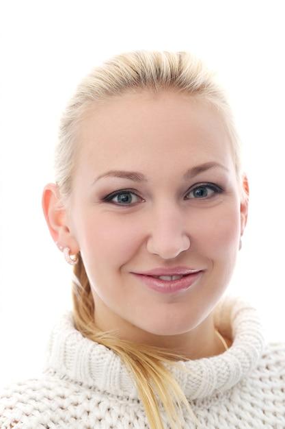 A menina bonita com suéter tem um sorriso muito largo Foto gratuita