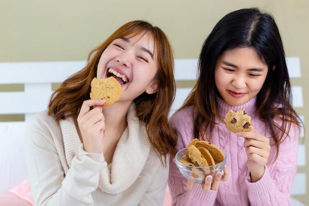 A menina e desfrute de deliciosos biscoitos gourmet Foto gratuita