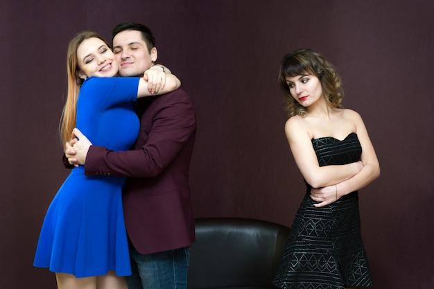 A menina tem ciúmes de um homem por sua namorada. Foto Premium