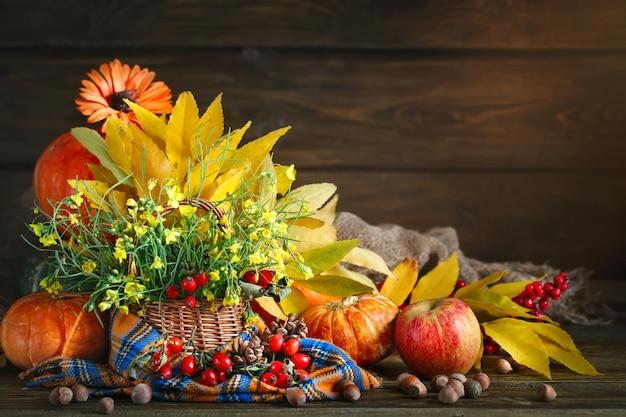 A mesa decorada com flores e legumes. feliz dia de ação de graças. fundo de outono. Foto Premium