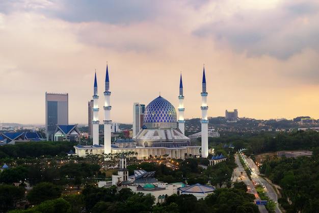 A mesquita bonita de sultan salahuddin abdul aziz shah (igualmente conhecida como a mesquita azul) situada em shah alam, selangor, malásia. Foto Premium